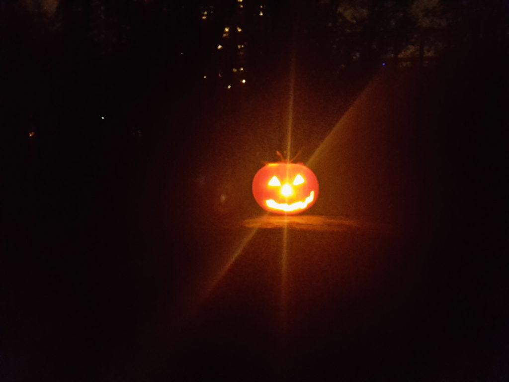 Halloween Geschnitzter Kürbis mit Kerze